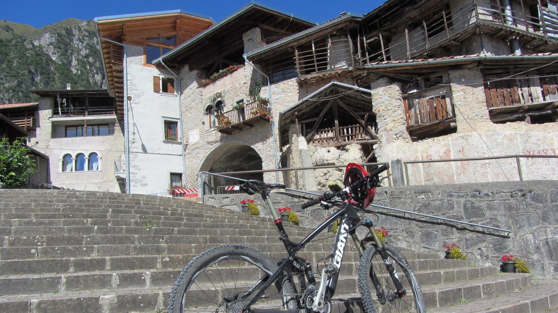 Tag 7: Zeugnisse prähistorischer Kulturen kann man in Comano Terme abseits der Strecke überall erleben