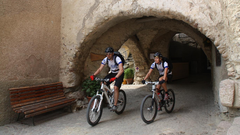 Alte Bauerndörfer durchfährt man Im Val di Non auf der Ostvariante am sechsten Tag entlang der Brenta