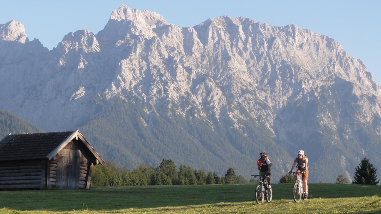 Erster Tag: Vor der Kulisse des Karwendelgebirges gelangt man von Wallgau über die Buckelwiesen nach Mittenwald