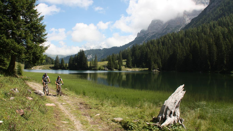6. Etappe (west) - Wie ein Postkartenmotiv sieht diese Ansicht vom Lago di Valagola in der Brenta aus