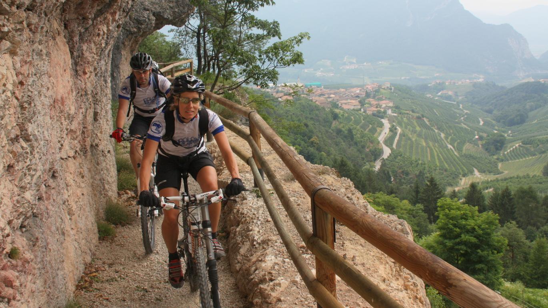 6. Etappe, Ost-Variante: Diesen aussichtsreichen Felsenweg passiert man im Nonstal auf der Dolomiti Brenta Bike Strecke