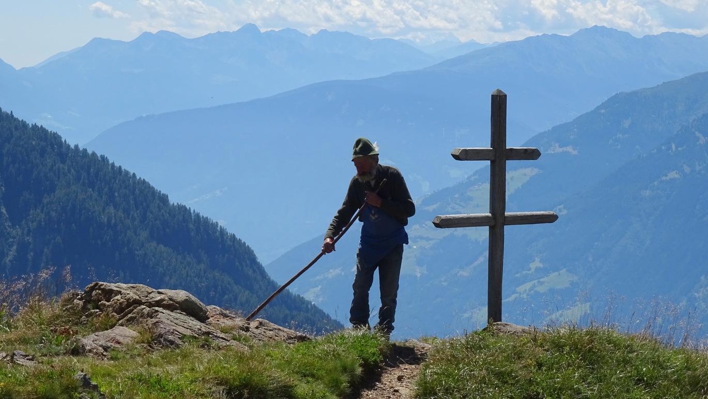Arbeitsplatz mit Top-Panorama: Bergbauer bei der Mahd unterhalb des Jaufenpass