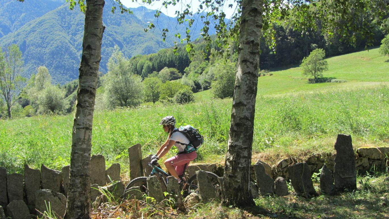 Tag 7: Alte Grenzsteine säumen im Bleggio den Weg