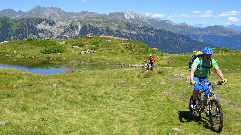 Am Rinner Sattel überquert man diese Hochmoorlandschaft mit seinem wunderschönen Bergsee