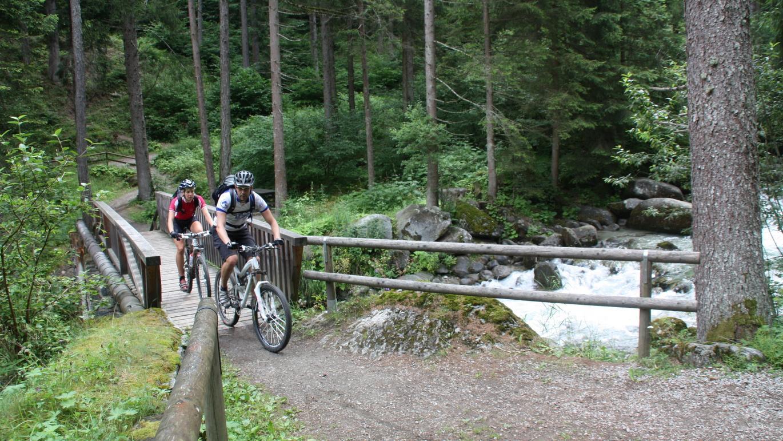 Tag 6, West-Variante: Über das Val Meledrio geht es auf der Dolomiti di Brenta Bike Strecke bergwärts nach Madonna di Campiglio