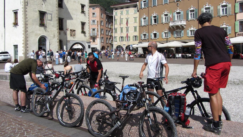Ziel erreicht: Am Hauptplatz der Altstadt von Riva del Garda ist die Lust, vom Bikedress in den Badeanzug zu wechseln, riesengroß