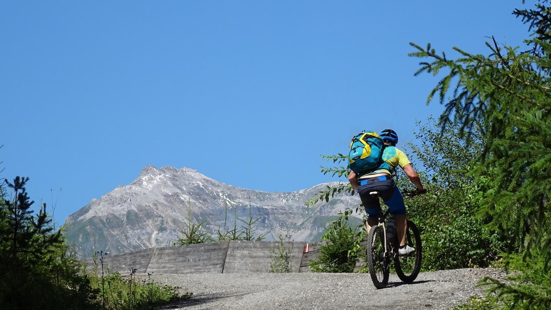 3. Etappe: Im Aufstieg aus dem Wipptal auf der Rodelbahn zur Bergeralm gilt es alle Kräfte zu mobilisieren