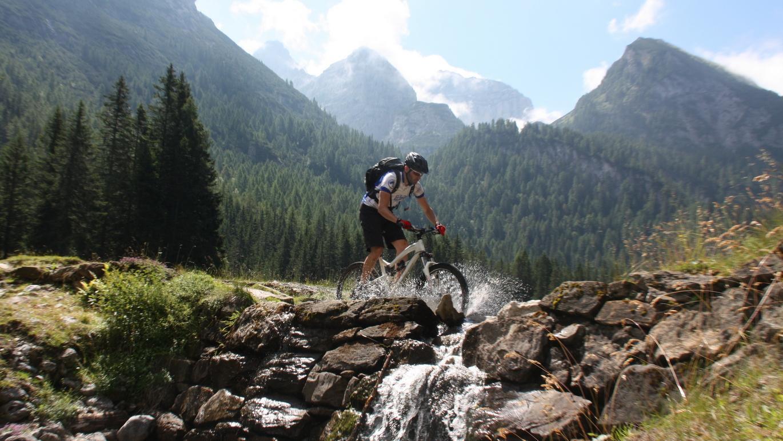 6. Tag (west): Vor der imposanten Kulisse der Brenta-Dolomiten erreicht man über Madonna di Campiglio den idyllisch gelegenen Bergsee Lago di Valagola