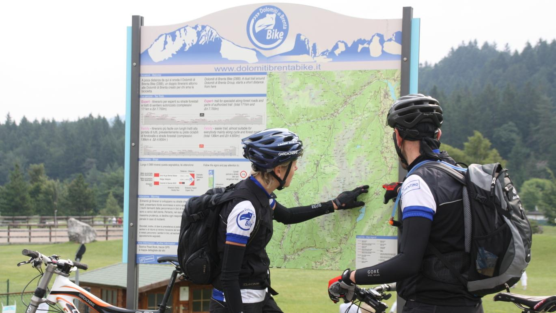 6. Etappe (Ost-Variante): Auf der Strecke durchs Nonstal im Trentino erreicht man auch die MTB-Wegbeschilderung der Dolomiti di Brenta Bike-Route